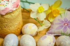 Παραδοσιακά κέικ και αυγά Πάσχας με τα daffodils Στοκ φωτογραφίες με δικαίωμα ελεύθερης χρήσης