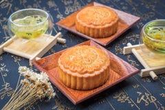 Παραδοσιακά κέικ και τσάι φεγγαριών της Κίνας Στοκ εικόνα με δικαίωμα ελεύθερης χρήσης