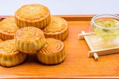 Παραδοσιακά κέικ και τσάι φεγγαριών της Κίνας Στοκ εικόνες με δικαίωμα ελεύθερης χρήσης