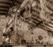 Παραδοσιακά κυπριακά εργαλεία καλλιέργειας που διακοσμούνται σε ένα σπίτι, Lofou VI στοκ φωτογραφίες με δικαίωμα ελεύθερης χρήσης