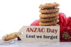 Παραδοσιακά μπισκότα ANZAC με τις παπαρούνες Στοκ Φωτογραφίες