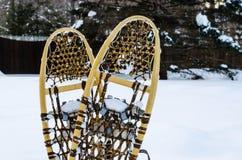 Παραδοσιακά ξύλινα πλέγματα σχήματος ρακέτας στο χιόνι Στοκ φωτογραφία με δικαίωμα ελεύθερης χρήσης
