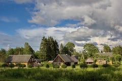 Παραδοσιακά ξύλινα σπίτια στο νησί Saaremaa, Εσθονία Στοκ Φωτογραφίες