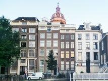 Παραδοσιακά ολλανδικά μεσαιωνικά κτήρια στο Άμστερνταμ, Κάτω Χώρες Στοκ Εικόνα