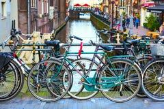 Παραδοσιακά παλαιά σπίτια, κανάλι, γέφυρα, ποδήλατα στο Άμστερνταμ, Κάτω Χώρες Στοκ εικόνα με δικαίωμα ελεύθερης χρήσης