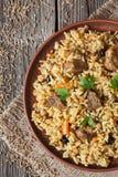 Παραδοσιακά πικάντικα ασιατικά τρόφιμα Pilaf με την άνοδο, κρέας Στοκ Εικόνα