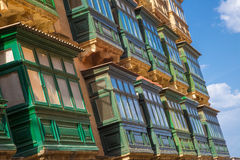 Παραδοσιακά πράσινα blaconies σε Valletta με το μπλε ουρανό - Μάλτα Στοκ Εικόνες