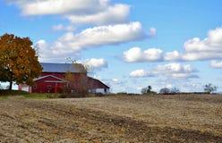 Παραδοσιακά σιταποθήκη και καλλιεργήσιμο έδαφος Στοκ εικόνα με δικαίωμα ελεύθερης χρήσης