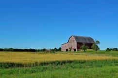Παραδοσιακά σιταποθήκη και καλλιεργήσιμο έδαφος Στοκ φωτογραφίες με δικαίωμα ελεύθερης χρήσης