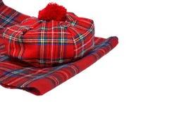 Παραδοσιακά σκωτσέζικα κόκκινα καπό και μαντίλι ταρτάν Στοκ Εικόνα