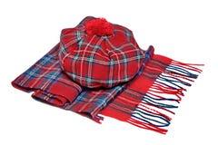 Παραδοσιακά σκωτσέζικα κόκκινα καπό και μαντίλι ταρτάν Στοκ φωτογραφία με δικαίωμα ελεύθερης χρήσης