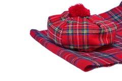 Παραδοσιακά σκωτσέζικα κόκκινα καπό και μαντίλι ταρτάν Στοκ Φωτογραφία