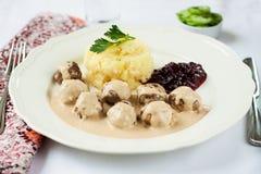 Παραδοσιακά σουηδικά κεφτή με τις πολτοποιηίδες πατάτες και το κόκκινο bilbe Στοκ φωτογραφία με δικαίωμα ελεύθερης χρήσης