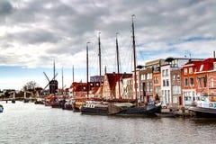 Παραδοσιακά σπίτια, σκάφη, προοπτική καναλιών στο Λάιντεν, Κάτω Χώρες Στοκ φωτογραφίες με δικαίωμα ελεύθερης χρήσης