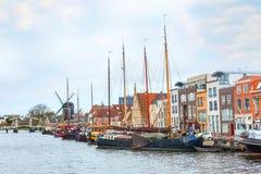Παραδοσιακά σπίτια, σκάφη, προοπτική καναλιών στο Λάιντεν, Κάτω Χώρες Στοκ Φωτογραφία