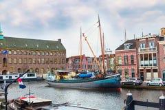 Παραδοσιακά σπίτια, σκάφη, προοπτική καναλιών στο Λάιντεν, Κάτω Χώρες Στοκ φωτογραφία με δικαίωμα ελεύθερης χρήσης