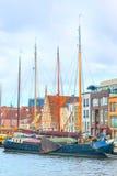 Παραδοσιακά σπίτια, σκάφη, προοπτική καναλιών στο Λάιντεν, Κάτω Χώρες Στοκ Εικόνα