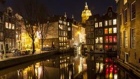 Παραδοσιακά σπίτια στο Άμστερνταμ τη νύχτα Στοκ Εικόνες