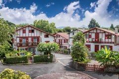 Παραδοσιακά σπίτια Labourdine στο χωριό Espelette, Γαλλία στοκ εικόνες