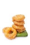 Παραδοσιακά ταϊλανδικά donuts (Κα -Κα-nom-wong) στο φύλλο μπανανών Στοκ Εικόνα