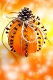 Παραδοσιακά τσεχικά Χριστούγεννα - διακόσμηση - πορτοκάλι που διακοσμείται με τα γαρίφαλα Στοκ εικόνα με δικαίωμα ελεύθερης χρήσης