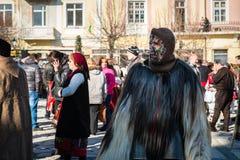 Παραδοσιακά χειμερινά τελωνεία με τις μάσκες στη Βουλγαρία στοκ εικόνες
