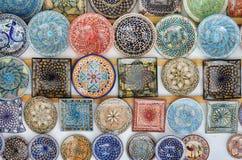 Παραδοσιακά χρωματισμένα εξυπηρετώντας πιάτα Στοκ Εικόνες