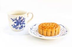 Παραδοσιακά mooncake και τσάι Στοκ Εικόνες
