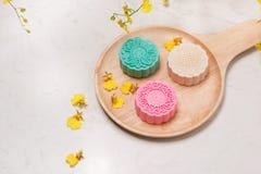 Παραδοσιακά mooncakes στην επιτραπέζια ρύθμιση Χιονώδες δέρμα mooncakes CH Στοκ Εικόνες