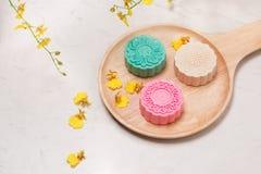 Παραδοσιακά mooncakes στην επιτραπέζια ρύθμιση Χιονώδες δέρμα mooncakes CH Στοκ φωτογραφία με δικαίωμα ελεύθερης χρήσης