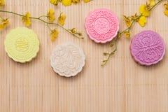 Παραδοσιακά mooncakes στον πίνακα με το copyspace Στοκ Εικόνες