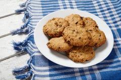 Παραδοσιακά oatmeal δημητριακών μπισκότα με τις σταφίδες και το υγιές γλυκό σοκολάτας Στοκ φωτογραφία με δικαίωμα ελεύθερης χρήσης