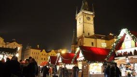 2015 παραδοσιακές αγορές Χριστουγέννων και αστρονομικό ρολόι στο παλαιό πόλης τετράγωνο στην Πράγα, Τσεχία φιλμ μικρού μήκους