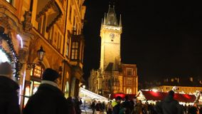 2015 παραδοσιακές αγορές Χριστουγέννων και αστρονομικό ρολόι στο παλαιό πόλης τετράγωνο στην Πράγα, Τσεχία απόθεμα βίντεο