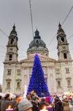 Παραδοσιακές αγορές Χριστουγέννων στη Βουδαπέστη μπροστά από τη βασιλική του ST Stephen (istvan-Bazilika Szent) Στοκ Φωτογραφία