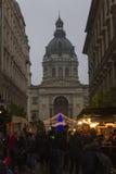 Παραδοσιακές αγορές Χριστουγέννων στη Βουδαπέστη μπροστά από τη βασιλική του ST Stephen (istvan-Bazilika Szent) Στοκ Εικόνα