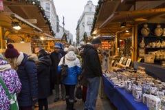 Παραδοσιακές αγορές Χριστουγέννων στη Βουδαπέστη στην πλατεία Vorosmarty (Vorosmarty ter) Στοκ Φωτογραφία