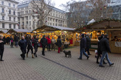 Παραδοσιακές αγορές Χριστουγέννων στη Βουδαπέστη στην πλατεία Vorosmarty (Vorosmarty ter) Στοκ Εικόνα