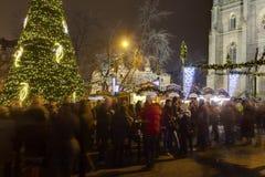 Παραδοσιακές αγορές Χριστουγέννων στο τετράγωνο ειρήνης μπροστά από την εκκλησία Αγίου Ludmila Στοκ Εικόνα