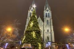 Παραδοσιακές αγορές Χριστουγέννων στο τετράγωνο ειρήνης μπροστά από την εκκλησία Αγίου Ludmila Στοκ φωτογραφία με δικαίωμα ελεύθερης χρήσης