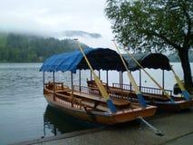Παραδοσιακές βάρκες Pletna της λίμνης που αιμορραγούνται, Σλοβενία Στοκ Φωτογραφία