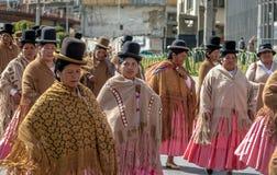 Παραδοσιακές γυναίκες Cholitas στα χαρακτηριστικά ενδύματα κατά τη διάρκεια του 1$ου της παρέλασης Εργατικής Ημέρας Μαΐου - Λα Πα Στοκ φωτογραφία με δικαίωμα ελεύθερης χρήσης