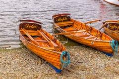 Παραδοσιακές ξύλινες βάρκες κωπηλασίας στη λίμνη windermere στην αγγλική περιοχή λιμνών Στοκ Εικόνες