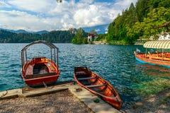 Παραδοσιακές ξύλινες βάρκες Pletna στη λίμνη που αιμορραγείται Στοκ εικόνες με δικαίωμα ελεύθερης χρήσης