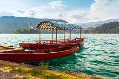 Παραδοσιακές ξύλινες βάρκες Pletna στη λίμνη που αιμορραγείται Στοκ φωτογραφία με δικαίωμα ελεύθερης χρήσης