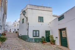 Παραδοσιακές πορτογαλικές οδοί με το πεζοδρόμιο, της πόλης Albufeira στοκ εικόνα