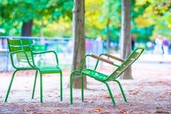 Παραδοσιακές πράσινες καρέκλες στον κήπο Tuileries στο Παρίσι, Γαλλία Στοκ φωτογραφία με δικαίωμα ελεύθερης χρήσης