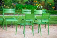 Παραδοσιακές πράσινες καρέκλες στον κήπο Tuileries στο Παρίσι, Γαλλία Στοκ Εικόνες