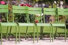 Παραδοσιακές πράσινες καρέκλες στον κήπο Tuileries Στοκ Φωτογραφίες