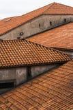 Παραδοσιακές στέγες αργίλου που διαμορφώνουν τις μορφές στο Ο Πόρτο, Πορτογαλία Στοκ φωτογραφία με δικαίωμα ελεύθερης χρήσης